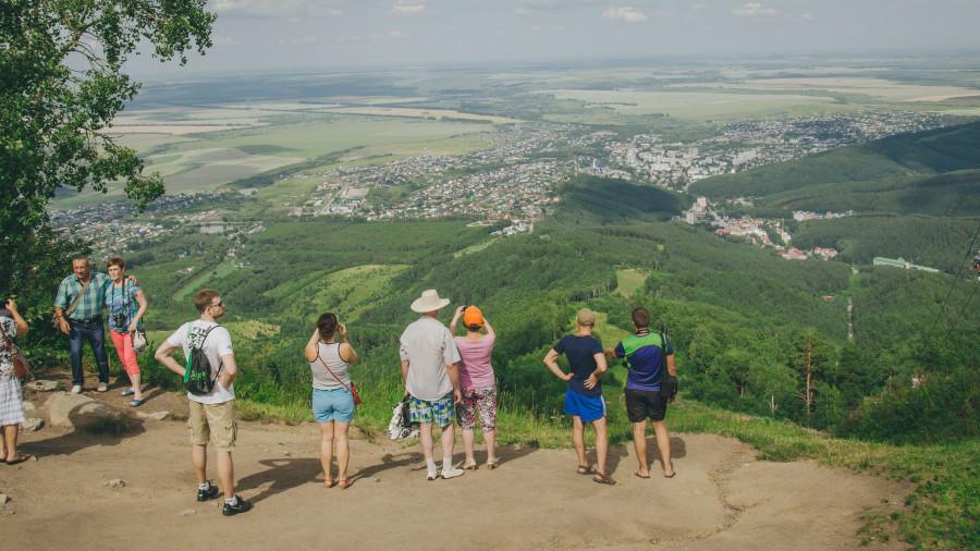 Туристы смотрят на Белокуриху.