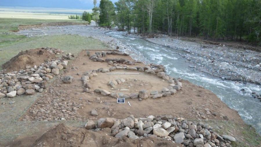 Раскопки захоронения на Алтае.