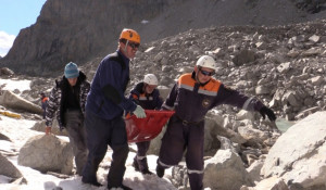 Эвакуация туристов с горы.