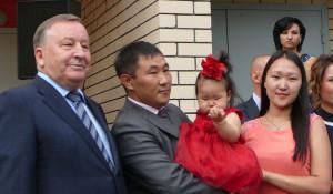 Алтайские медики получили квартиры в новом доме.