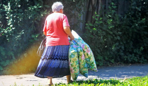 Пенсионерка с подушками.