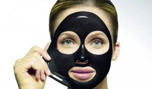 Черная маска-пленка для лица.