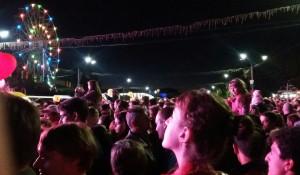 Барнаульцы смотрят выступление Кадышевой.