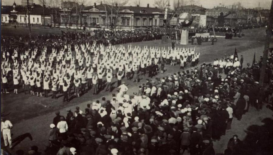 1 Мая 1938 г. с песней «По иному светит нам Солнце на земле: знать оно у Сталина побыло в Кремле» жители города вышли на праздничную демонстрацию на пл.Свободы.