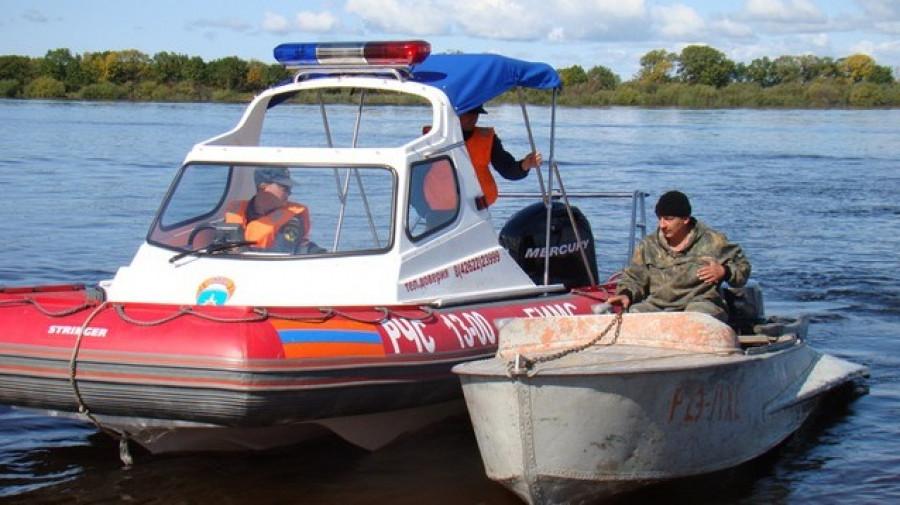 Сотрудники МЧС спасли рыбаков.