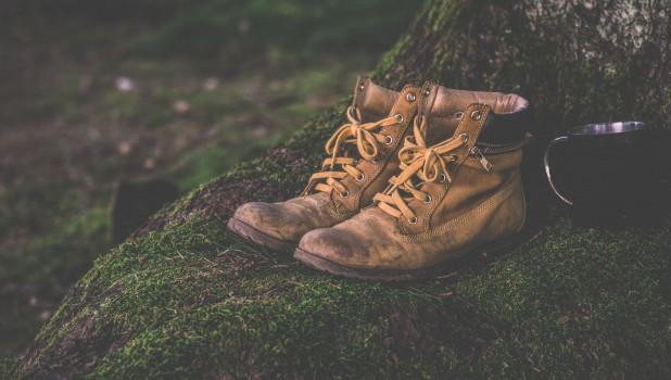 Мужские ботинки в лесу. Туризм.