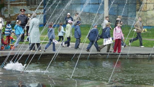 Дети и их родители празднуют День защиты детей.