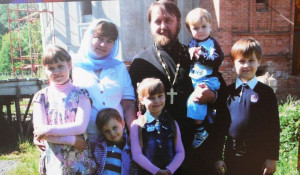 В Барнауле под открытым небом работает выставка семейных фотографий