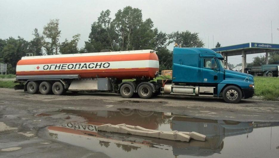 Бензовоз на АЗС в Барнауле. Бензин