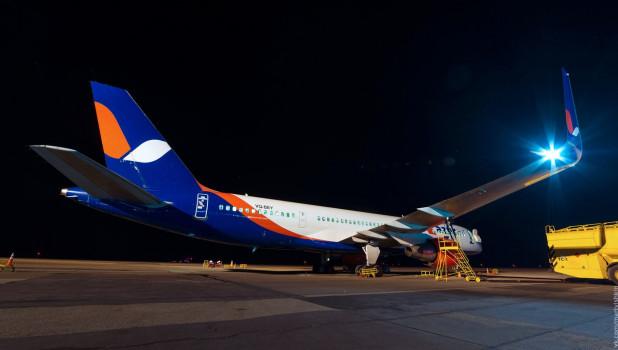 Самолет AZUR air в Барнаульском аэропорту.