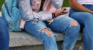 Драные джинсы.