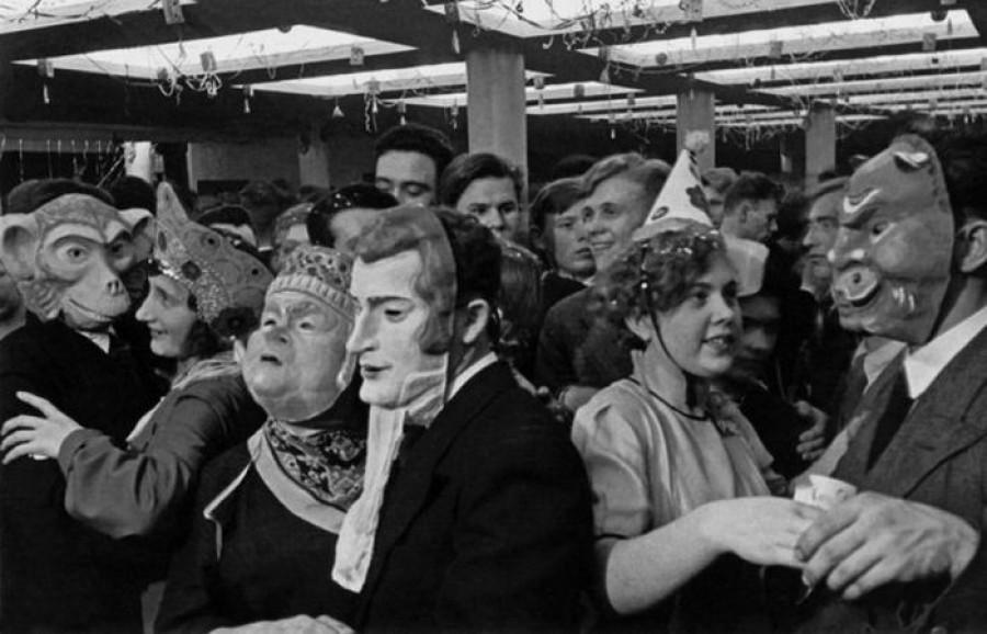 Карнавал во Дворце культуры 1-го Государственного автомобильного завода им. И.В. Сталина в честь годовщины Сталинской конституции, 1937 год