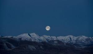 Снег в горах. Луна.