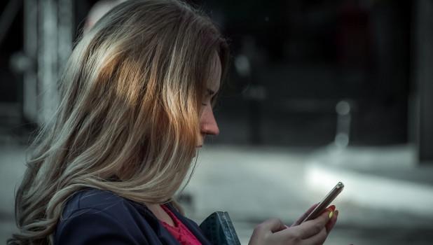 Девушка с телефоном.