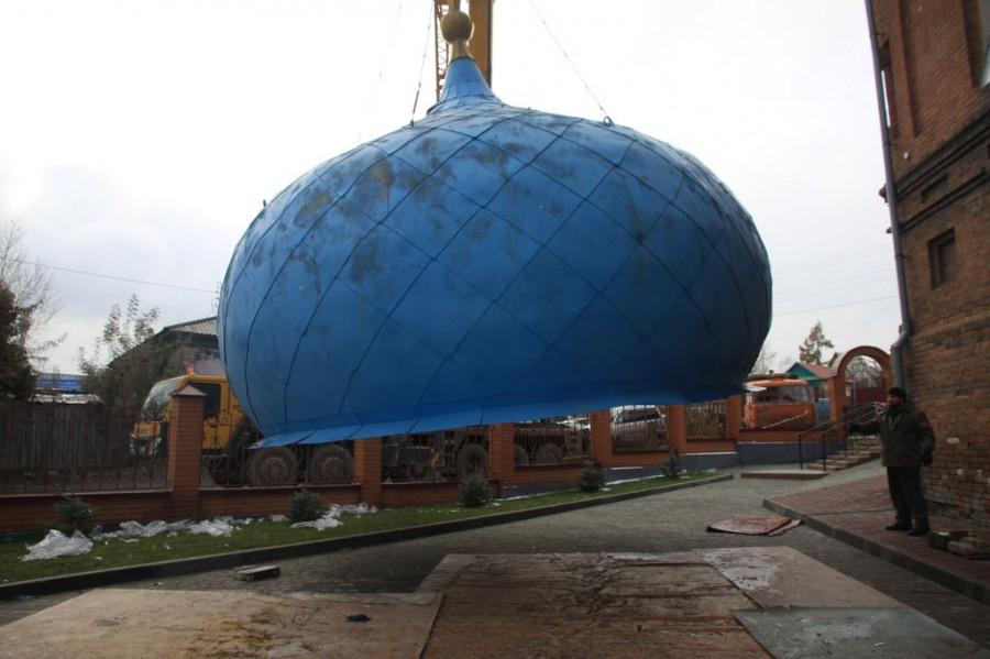 На Покровском соборе Барнаула заменили купол колокольни. 14 октября 2016 года.