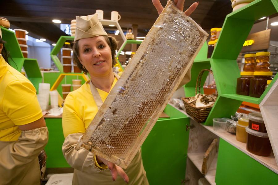 В Барнауле открыли современную ярмарку фермерских продуктов.