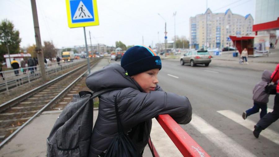 Ребенок у пешеходного перехода.