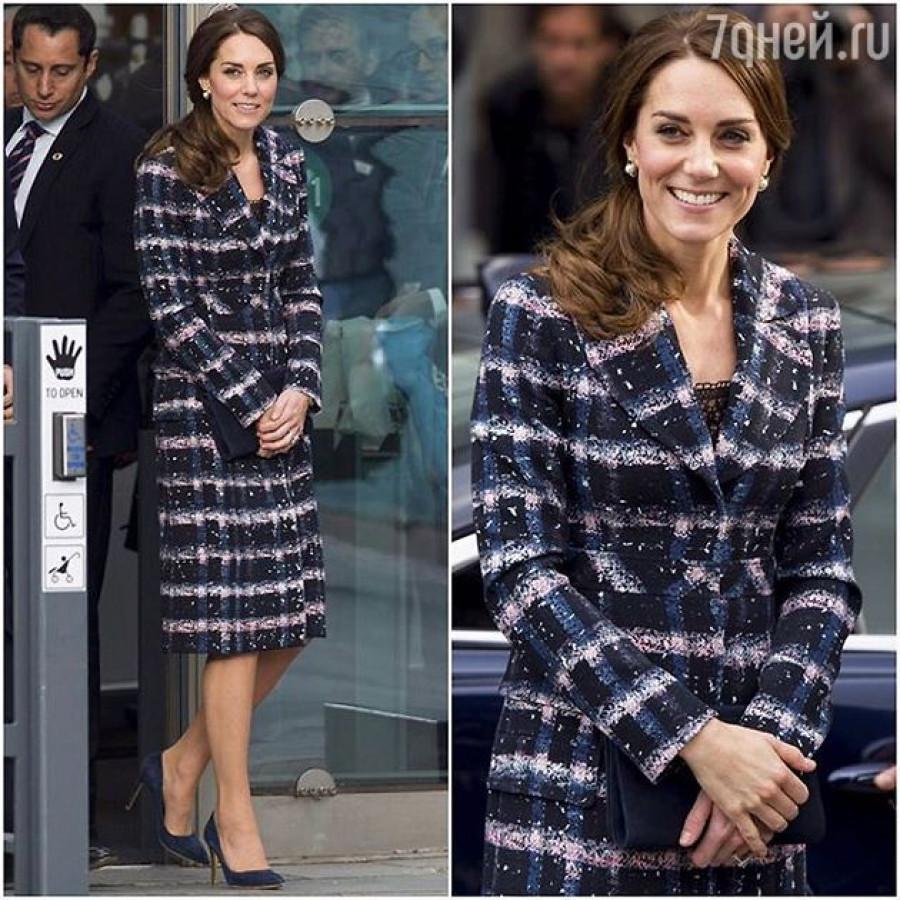 Герцогиня Кейт в клетчатом пальто.