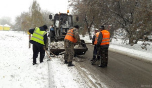 Уборка снега на дороге.