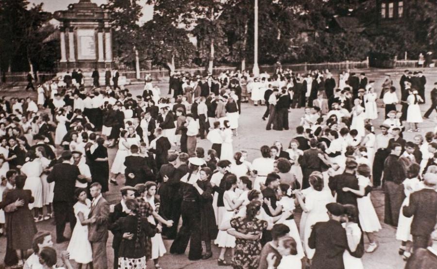 Площадь Свободы, конец выпускного бала в школах. Июнь 1956 года
