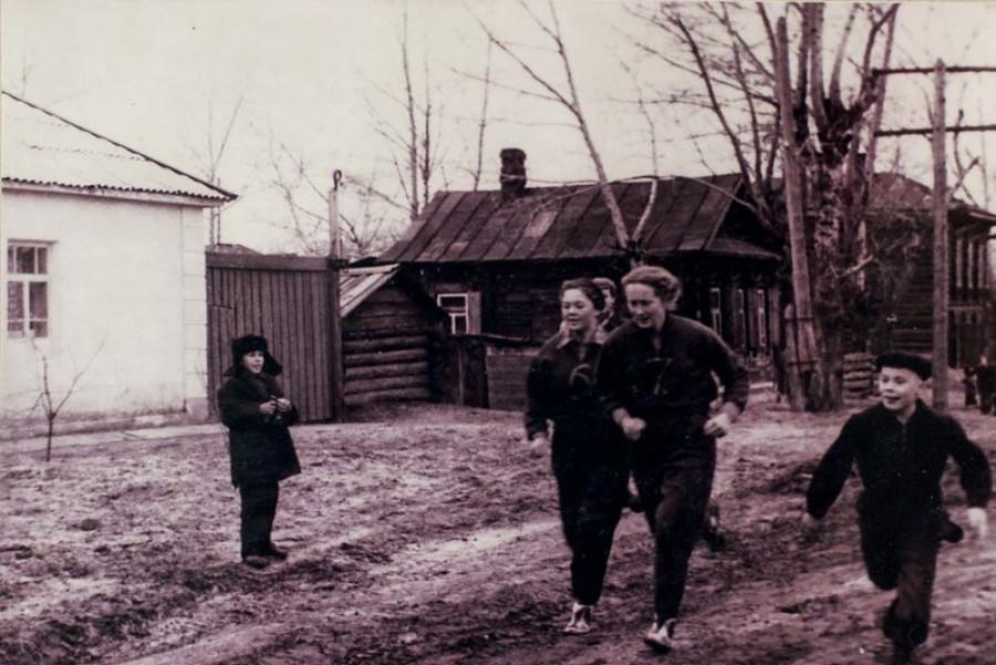 Сдача зачета по физкультуре, пер. Некрасова. 1958 год.
