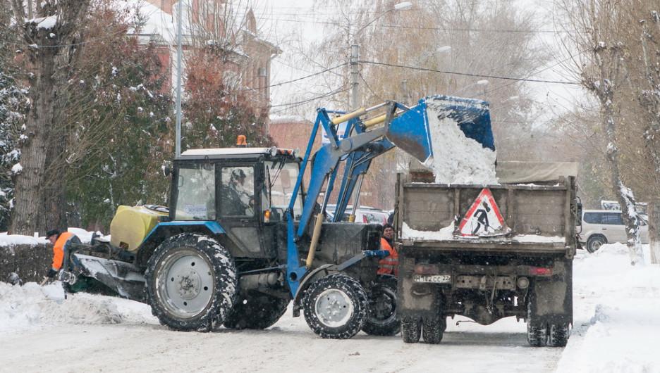 Уборка снега на проспекте Ленина.
