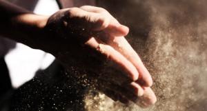 Пыль. Руки.