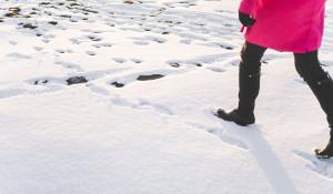 Зима. Женщина идет по снегу.