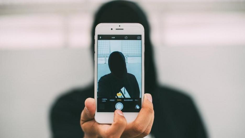 Телефон. Мужчина в черном. Аноним.
