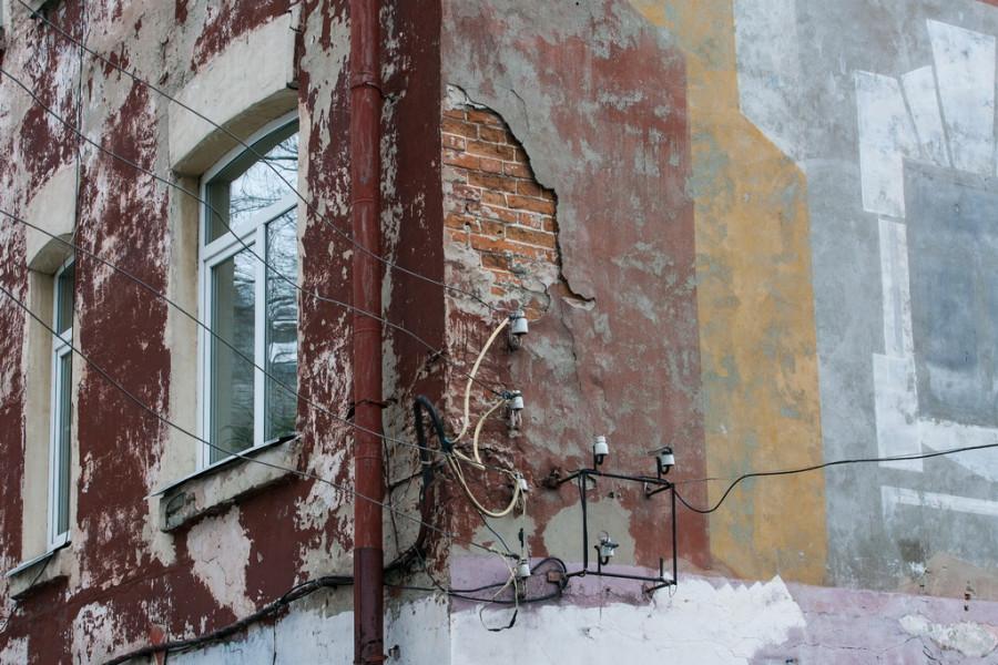 После ремонта кровли у дома не оказалось водостоков. Из-за этого стены дома размыло водой. Сейчас водостоки есть.