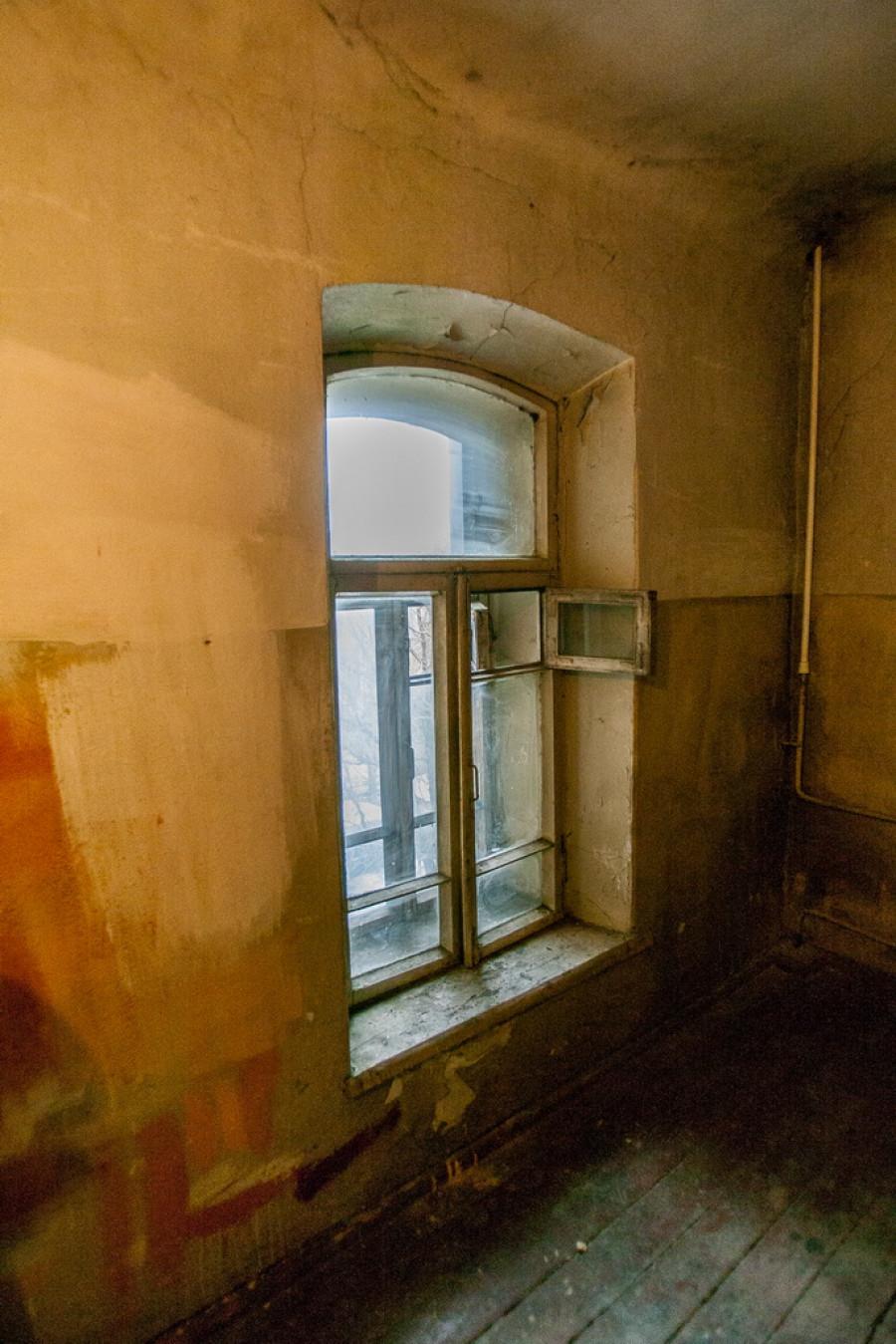 Маленькое помещение на чердаке давно не ремонтировали. Жильцы полагают, что раньше здесь сушили белье.