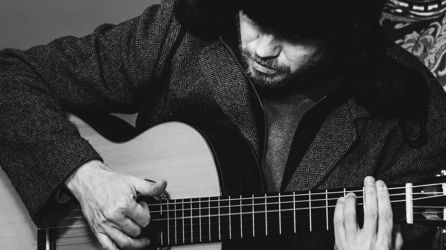 Мужчина, шапка, гитара.
