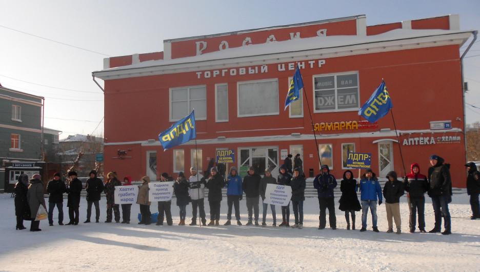 Активисты ЛДПР пикетируют против повышения цен на проезд.