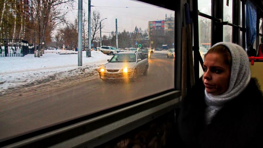 Женщина в общественном транспорте.