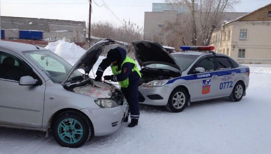Сотрудники ГИБДД помогают водителям в мороз.