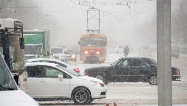 Снег и метель в Барнауле.