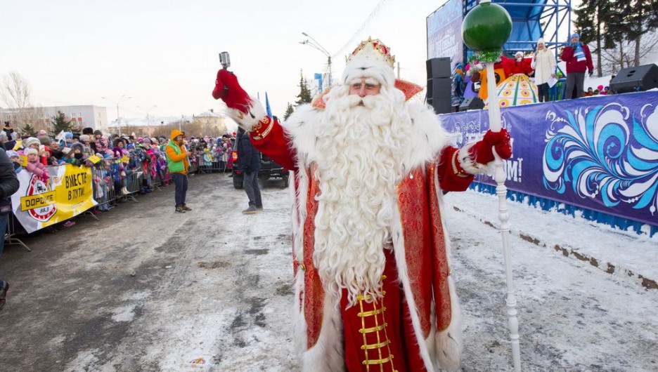 Барнаульцы встретили Деда Мороза из Великого Устюга на площади Сахарова.