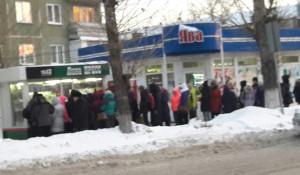 Барнаульцы выстроились в очередь за проездными.