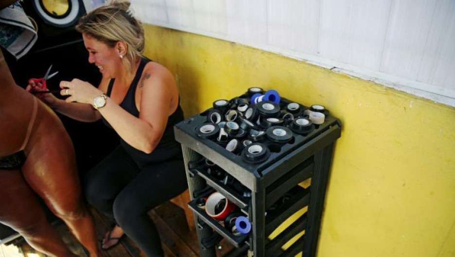 Бразильянки загорают в бикини из изоленты.