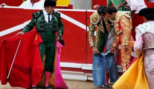 А матадору Мигелю Ангелю Перере из Испании пришлось надеть обычные джинсовые шорты