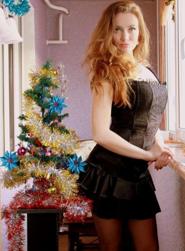 новогоднее домашнее фото девушки лифчик скрывает