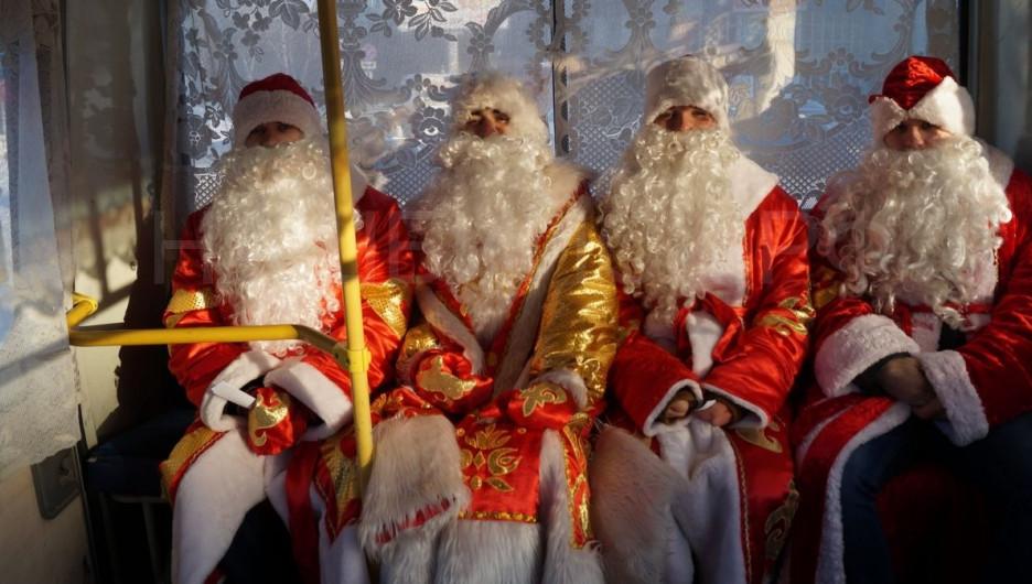 Деды Морозы Бийского олеумного завода поздравляли горожан. 10 декабря 2016 года.