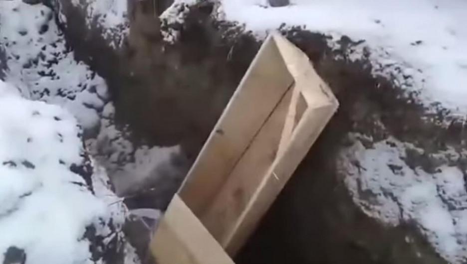 В Кемерово гробы закапывают тракторами.