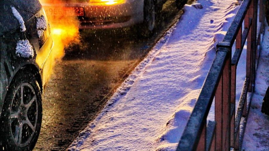 Автомобили зимой. Снегопад.
