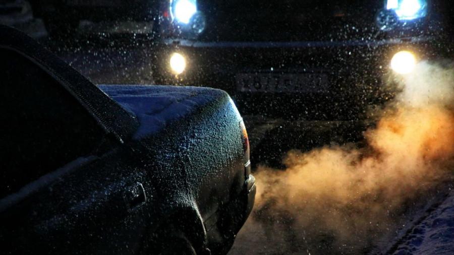 Автомобили зимой. Снегопад. Выхлопные газы.
