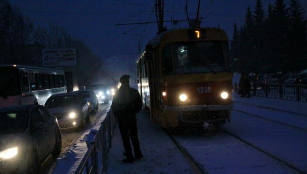 Общественный транспорт. Автомобили зимой. Трамвай.