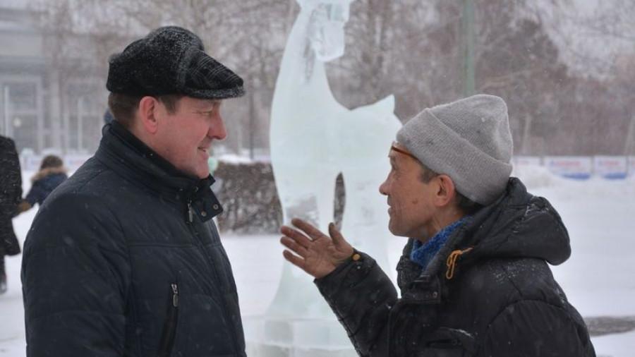 Сергей Дугин разговаривает с горожанином.