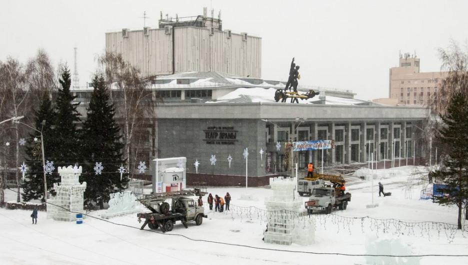 Новогодний снежный городок на площади Сахарова.