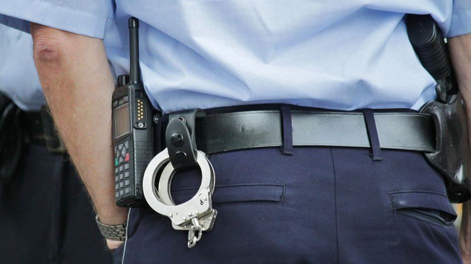 Полиция, наручники.