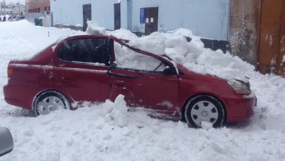 В Барнауле снежная лавина расплющила малолитражку